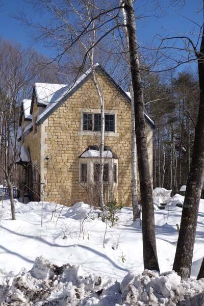 雪の中の英国住宅