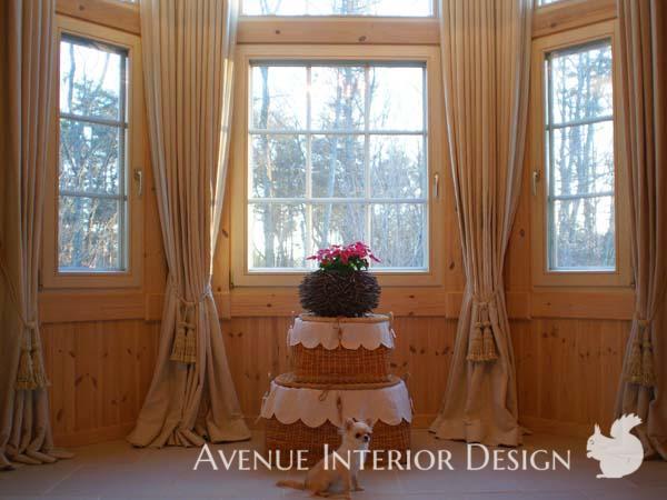 ナチュラル素材のカーテンをエレガントにスタイリング ログハウスの窓辺