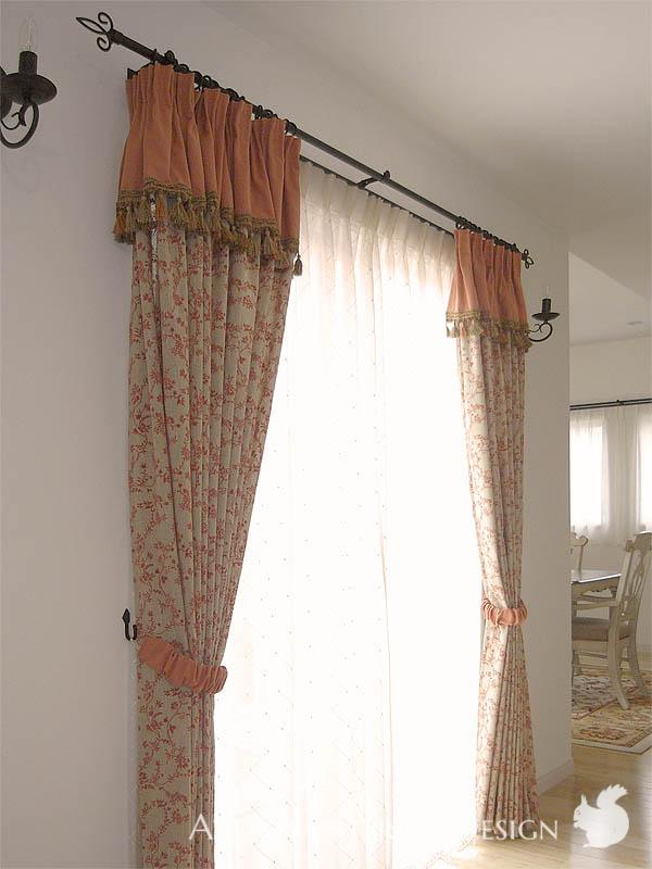 Attached Valance with Tassel Fringe<br>カーテンと一体のタッセルフリンジ付きバランス