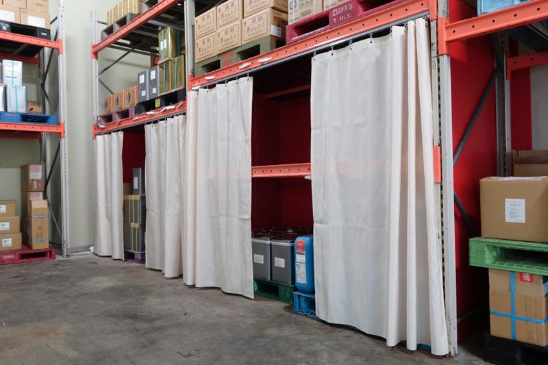 工場の貯蔵庫にカーテン