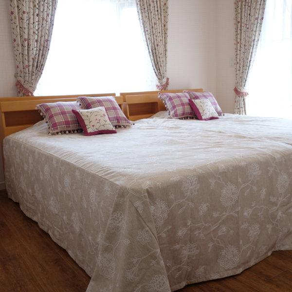 大人かわいいピンクのベッドルーム